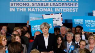 Theresa May au milieu de ses sympathisants le 1er mai à Mawdesley.