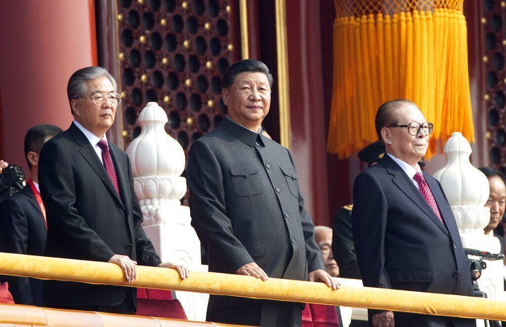 圖為海外媒體刊胡錦濤江澤民觀看中國國慶70周年閱兵遊行儀式。