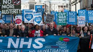 Le 4 mars 2017, des milliers de Britanniques manifestaient à Londres contre la dégradation du système de santé.