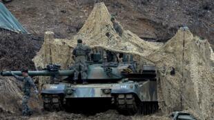 Quân đội Hàn Quốc triển khai xe tăng tại Paiju, gần giới tuyến hai miền, tham gia tập trận chung với Mỹ ngày 07/03/2016.