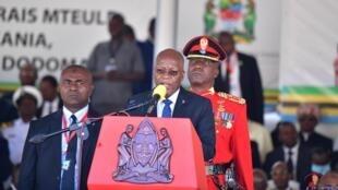 Le président tanzanien, John Pombe Magufuli réélu pour un deuxième mandat s'adresse aux délégués et aux partisans après avoir prêté serment  au stade Jamhuri de Dodoma, le 5 novembre 2020.