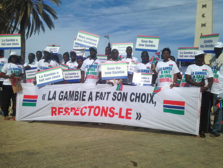 Plusieurs dizaines de manifestants ont montré leur colère et leur désir de voir Yahya Jammeh quitter le pouvoir, le 17 décembre 2016.