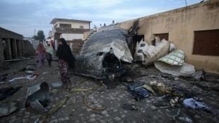 Os destroços do Boeing 737 da companhia Bhoja Air que caiu nos arredores da capital paquistanesa, em 21 de abril de 2012.