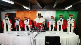 Le président ivoirien du Conseil constitutionnel Mamadou Koné et les membres du Conseil statuent sur l'éligibilité des candidats à l'élection présidentielle du 31 octobre au siège du Conseil constitutionnel à Abidjan, le 14 septembre 2020.
