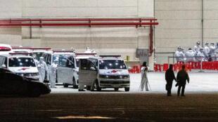 中国武汉肺炎疫情严峻,首批滞留武汉台商2020年2月3日晚间搭乘专机返台,预计深夜11时50分左右抵达桃园机场,现场救护车与相关医护人员严阵以待。