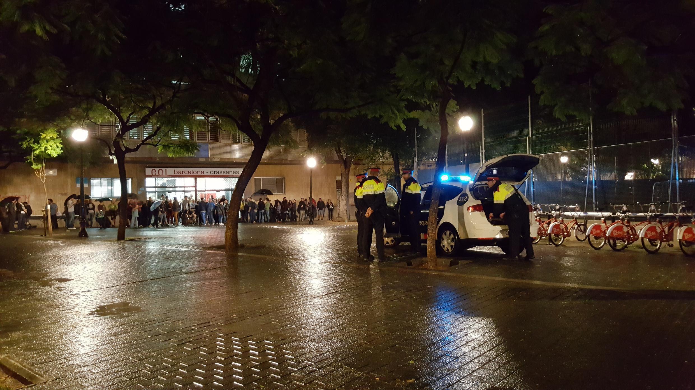 Maelfu wakingoja mbele ya madarasa huko Barcelona kufunguliwa kwa vituo vya  uchaguzi wa kujitenga, Jumapili, Oktoba 1, 2017.