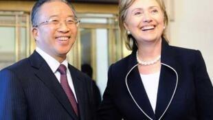 Ngoại truởng Mỹ Hillary Clinton (P) và Ủy viên Quốc vụ Trung Quốc Đới Bỉnh Quốc