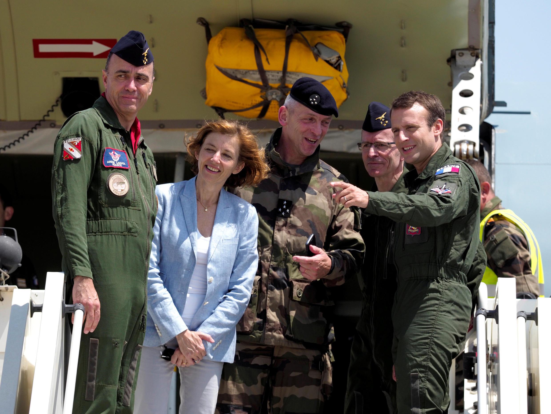 Tổng thống Emmanuel Macron (P), bộ trưởng bộ Quân Lực Florence Parly thăm căn cứ tại Istres, miền nam Pháp, ngày 20/07/2017.