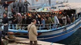 Arrivée à Lampedusa, dimanche 16 mars, de près de trois cents immigrés clandestins.