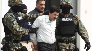 """Em imagem de arquivo, Joaquín """"El Chapo"""" Guzmán aparece sendo escoltado por soldados mexicanos, em 22 de fevereiro de 2014."""
