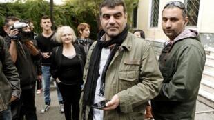 O jornalista grego Costas Vaxevanis deixa tribunal em Atenas após ser absolvido da acusação de violação de privacidade.