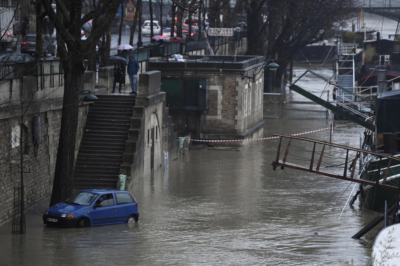 Um carro estacionado às margens inundadas do rio Sena, em 22 de janeiro de 2018, em Paris.