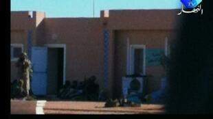 Reprodução de imagem de vídeo mostra reféns do campo de gás de In Amenas setandos contra um muro.