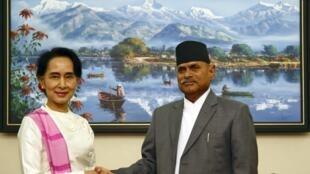 """Lãnh đạo phong trào dân chủ Miến Điện, bà Aung San Suu Kyi (T) diện kiến Tổng thống Nepal Ram Baran Yadav tại dinh tổng thống """"Shital Niwas"""" ở Kathmandu ngày 14/06/2014."""