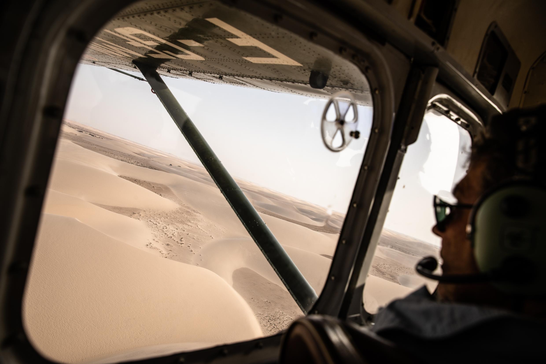 Au-dessus du Sahara, à bord du Broussard, avion militaire de reconnaissance des années 1950.