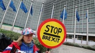 Một người Anh chống Brexit  giương biểu ngữ phản đối Brexit trước trụ sở Ủy Ban Châu Âu tại Bruxelles, Bỉ, ngày 09/10/2019.