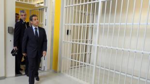 Nicolas Sarkozy, alors président de la République française, en visite dans la prison de Réau, près de Paris.