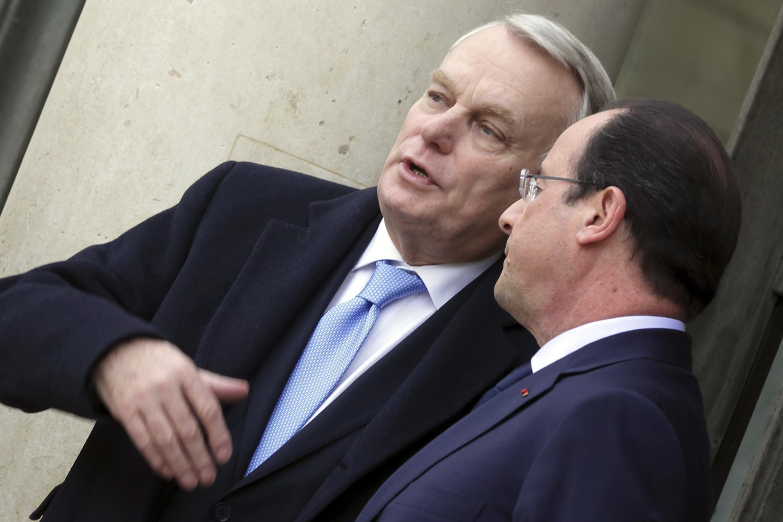 François Hollande (à dir.) e o primeiro-ministro Jean-Marc Ayrault, no Palácio do Eliseu, em 19 de fevereiro de 2014.