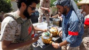 نیروهای دولت وحدت ملی لیبی در نزدیکی شهر سرت استراحت می کنند