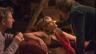 "Roman Polanski, à esquerda, dirige Emmanuelle Seigner (centro) e Matthieu Amalric (direita), em ""Vénus à la Fourrure""."