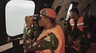 L'armée de l'air indonésienne à la recherche de débris du vol Air Asia QZ 8501, le 1er janvier 2015.