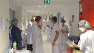 Une forte fatigue physique et psychologique liée à la prise en charge des malades du Covid frappe les soignants.