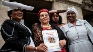 Esther Utjiua Muinjangue, kiongozi wa shirika llinalotetea haki kwa jamii ya Herero nchini Namibia, na wajumbe wa serikali ya Namibia, Agosti 27, 2018.