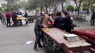 Một khu chợ của người Duy Ngô Nhĩ tại thủ phủ Urumqi, Tân Cương, 22/05/2014.
