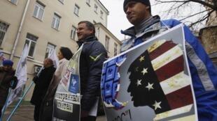 """Những người thân chính phủ biểu tình trước trụ sở tổ chức phi chính phủ Golos ở Matxcơva ngày 05/04/2013. Biểu ngữ mang dòng chữ """"Các tác nhân nước ngoài không có chỗ tại Nga""""."""