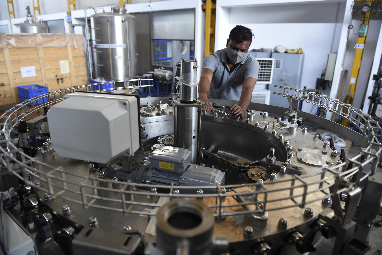 Un empleado de KHS Machinery Pvt. Ltd, un fabricante de equipos de llenado y empaque para las industrias de bebidas y alimentos, en Hirapur, a  las afueras de Ahmedabad, India, el 27 de noviembre de 2020