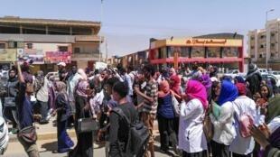 Des manifestants défilent dans la capitale du Soudan contre le gouvernement de Omar el-Béchir, le 18 mars 2019.