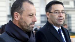 O presidente do Barcelona, Josep Maria Bartomeu (d), e seu antecessor, Sandro Rosell se negaram a falar do contrato de compra de Neymar.