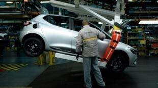 Un ouvrier sur la ligne de production de l'usine Renault de Flins, le 3 février 2017.