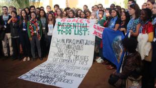 Jovens que participavam da COP-22 em Marrakech em manifestação após vitória de Donald Trump nas eleições presidenciais dos EUA. Novembro 2016
