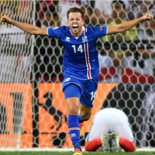 Исландия празднует победу над Англией в 1/8 финала. На фото: защитник Кари Арнасон