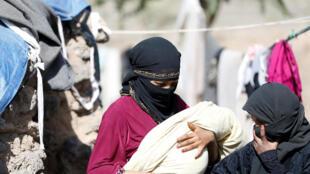Wata mata dauke da jaririnta a sansanin 'yan gudun hijira da ke kusa da birnin Sanaa a kasar Yemen