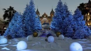 A lenda conta que nas vésperas do solstício de inverno, os povos pagãos da região dos países bálticos cortavam pinheiros e enfeitavam com velas e frutas.