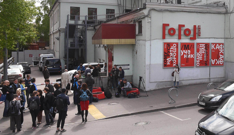 Журналисты возле «Гоголь-центра» в Москве, где 23 мая СК проводил обыск.