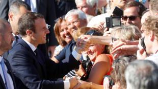 Emmanuel Macron con sus partidarios después de haber votado, este 18 de junio de 2017 en Le Touquet.
