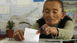 一名土耳其裔塞浦路斯婦女在投票 Famagouste 18042010