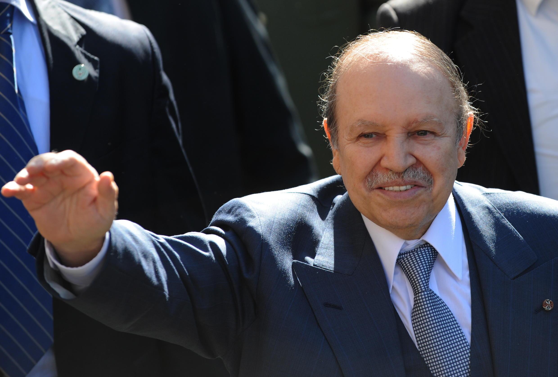 Abdelaziz Bouteflika mnamo mwaka 2009 mbele ya wafuasi wake huko Blida.