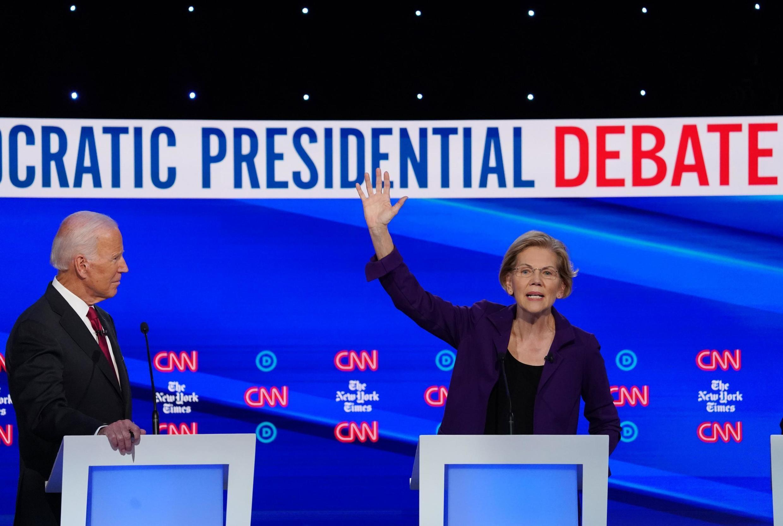 Os pré-candidatos democratas Joe Biden e Elizabeth Warren, no debate de terça-feira (15).