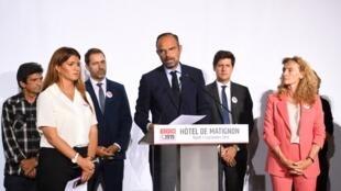 Le Premier ministre français Edouard Philippe (c) à l'issue du lancement d'un débat multipartite sur la violence domestique appelé Grenelle des violences conjugales, le 3 septembre 2019, à l'hôtel Matignon, à Paris.