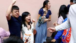 Các ủng hộ viên của ứng cử viên Kelvin Lam ăn mừng chiến thắng sau khi ông đắc cử hội đồng quận trong cuộc bầu cử ngày 24/11/2019.
