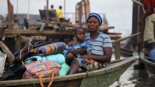 Wata Mata a cikin kwale kwale a unguwar Makoko gabar Teku a Lagos