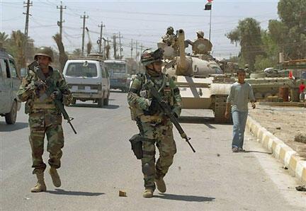 Soldats irakiens en patrouille dans Sadr City, dans la banlieue de Bagdad, le 25 mai 2008.