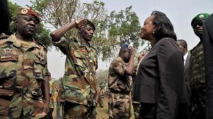 Les Forces armées centrafricaines saluent la présidente Catherine Samba-Panza, le 5 février 2014 à Bangui.