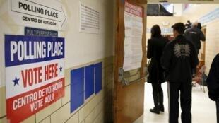 Des électeurs dans un bureau d'Arlington en Virginie, le 1er mars 2016.