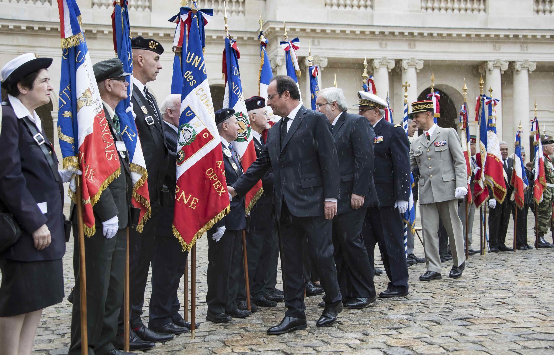 Le président François Hollande face aux associations d'anciens combattants harkis, à Paris, dans la cour des Invalides, le 25 septembre 2016.