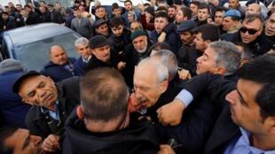 Kemal Kiliçdaroglu, le chef du CHP social-démocrate, a été violemment pris à partie par la foule, à Ankara, le 21 avril 2019.